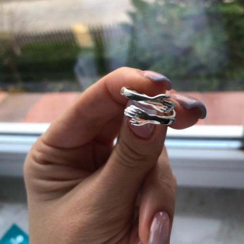 Srebrny pierścionek w kształcie uścisku photo review